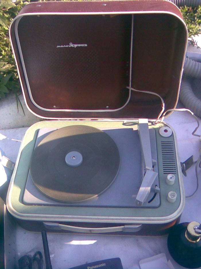 Mali lep stari gramofon iz 60-tih 1